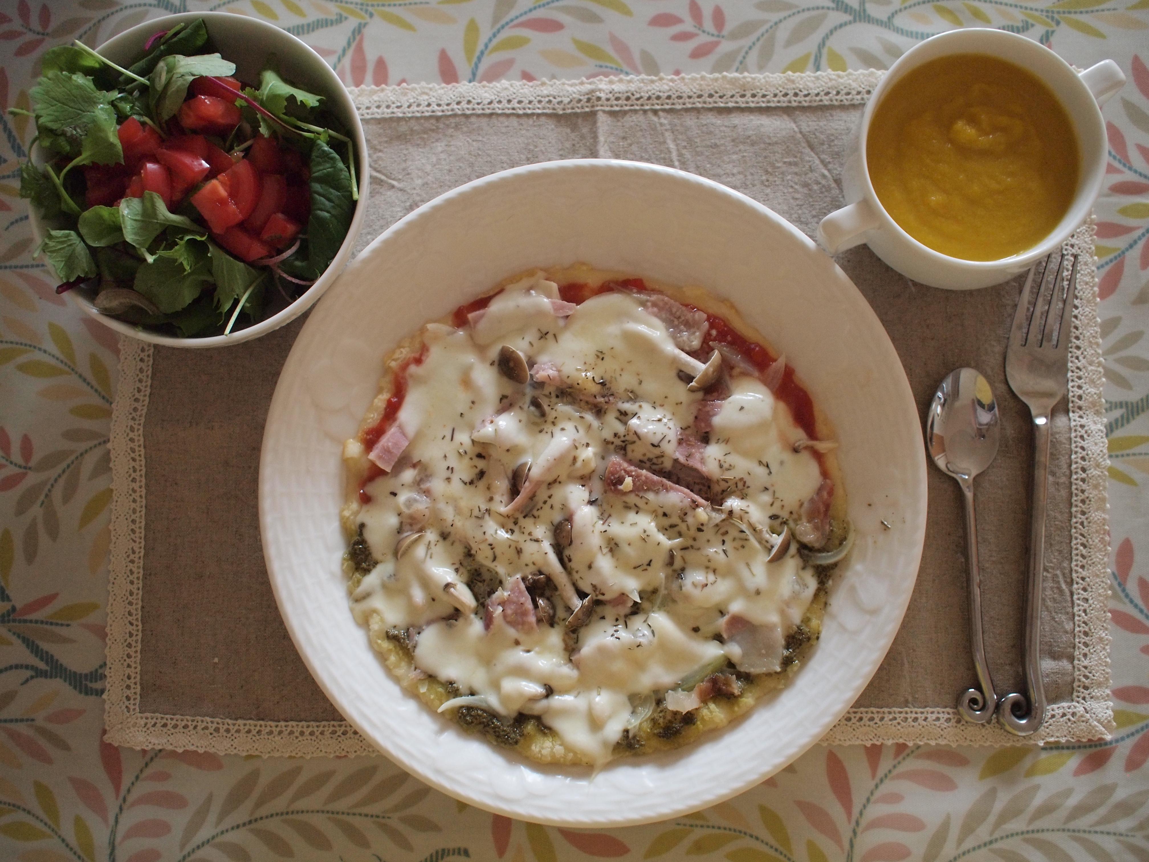 ジェノベーゼソースとトマトソースのピザ。パンプキンスープ。サラダは手作りのアマニドレッシングをかけて